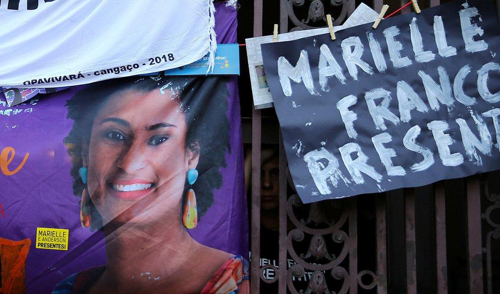 Cartaz com foto da vereadora Marielle Franco é colocado em protesto no Rio de Janeiro 15/3/2018 REUTERS/Pilar Olivares