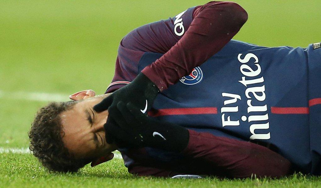 Neymar sofre lesão em jogo do Paris St Germain 25/2/2018 REUTERS/Stephane Mahe
