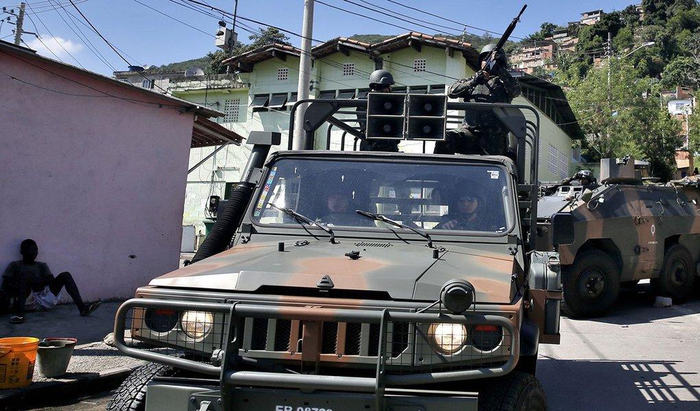 Rio de Janeiro - Operação do Comando Conjunto das forças de segurança no Complexo do Lins de Vasconcelos, zona norte da cidade. (Tânia Rêgo/Agência Brasil)