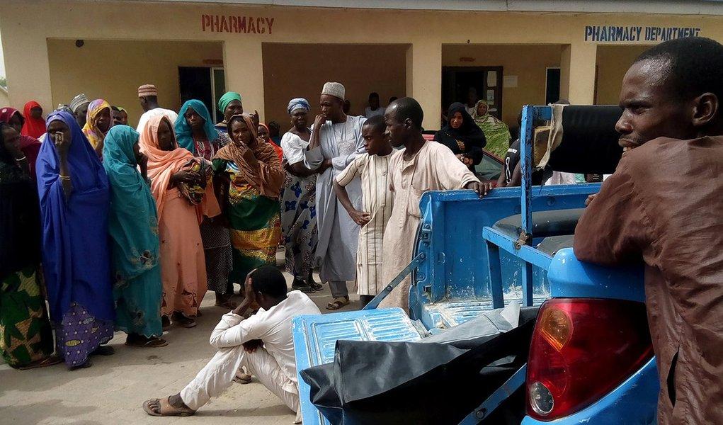 Pessoas observam carro transportando corpos para hospital após ataque do Boko Haram na cidade de Maiduguri 02/04/2018 REUTERS/Ahmed Kingimi