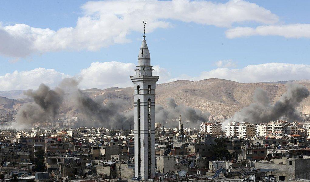 Fumaça é vista na região de Ghouta Oriental, na Síria 27/02/2018 REUTERS/ Bassam Khabieh