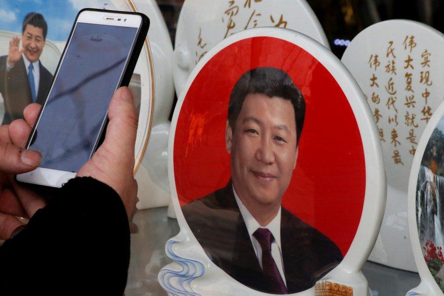Homem tira foto de prato com imagem do presidente da China, Xi Jinping, em Pequim 26/02/2018 REUTERS/Thomas Peter