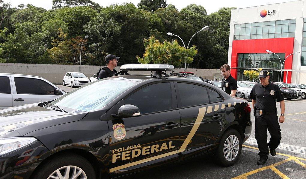 Agentes da Polícia Federal deixam sede da BRF, em Curitiba 05/03/2018 REUTERS/Geraldo Bubniak