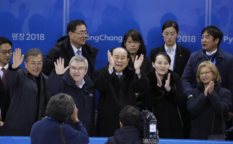 Ice Hockey – Pyeongchang 2018 Winter Olympics –February 10, 2018 - South Korean President Moon Jae-in and International Olympic Committee (IOC) President Thomas Bach wave as Kim Yong Nam and Kim Yo Jong clap. REUTERS/Grigory Dukor