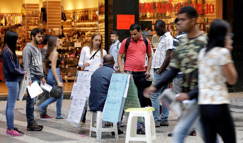 Pessoas olham anúncios de emprego em rua no centro de São Paulo, Brasil 29/06/2017 REUTERS/Paulo Whitaker