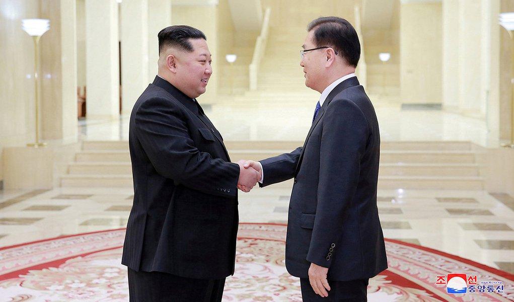 Líder norte-coreano, Kim Jong Un, cumprimenta chefe de delegação sul-coreana, Chung Eui-yong 06/03/2018 KCNA/via Reuters