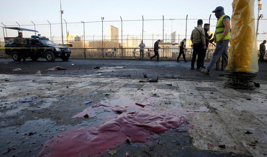 Forças de segurança do Iraque inspecionam local de ataque suicida em Bagdá 15/01/2018 REUTERS/Khalid al Mousily