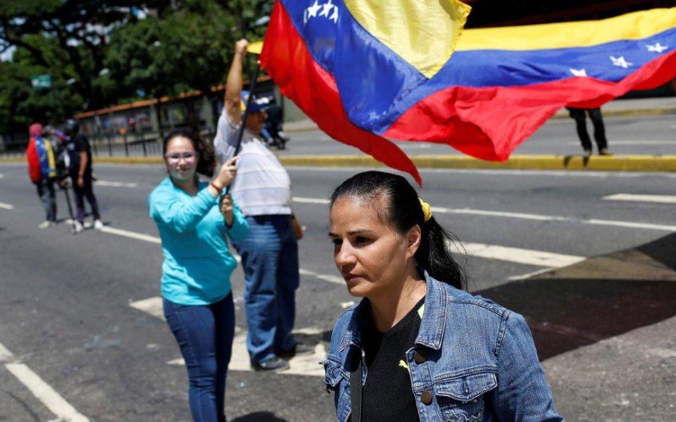 Manifestantes balançam bandeiras da Venezuela durante protesto contra presidente do país, Nicolás Maduro, em Caracas 08/08/2017 REUTERS/Andres Martinez Casares