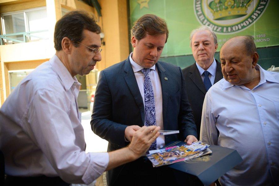 Rio de Janeiro - O ministro do Turismo, Marx Beltrão, visita os barracões da Liga Independente das Escolas de Samba do Rio de Janeiro, na Cidade do Samba (Fernando Frazão/Agência Brasil)