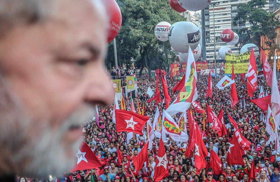 Povo com Lula em ato pela democracia na praça da República, em São Paulo. #Lula #PovoComLula Fotos: Ricardo Stuckert