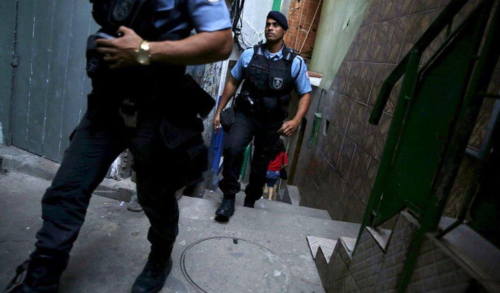 Police officers patrol at Santa Marta slum in Rio de Janeiro, Brazil, June 11, 2015. REUTERS/Pilar Olivares