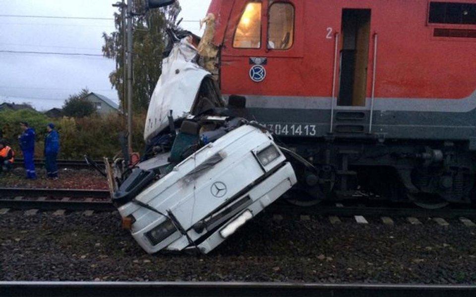 Destroços de ônibus são vistos após colisão com trem na cidade de Pokrov, na Rússia 06/10/2017 Ministério do Interior da Rússia/Divulgação via REUTERS