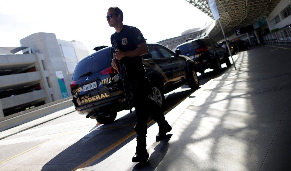 Agente da Polícia Federal visto durante operação no Rio de Janeiro. 30/01/2017 REUTERS/Ueslei Marcelino