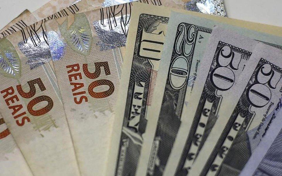 Notas de reais e dólares em casa de câmbio no Rio de Janeiro 10/09/2015 REUTERS/Ricardo Moraes