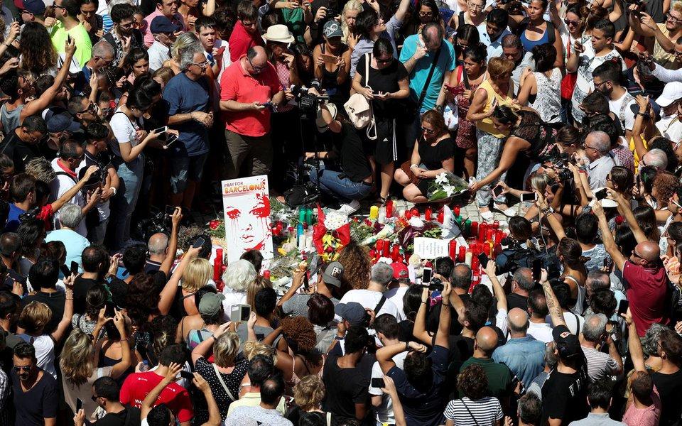 Homenagem a vítimas em Las Ramblas, um dia após ataque em Barcelona 18/8/2017 REUTERS/Sergio Perez