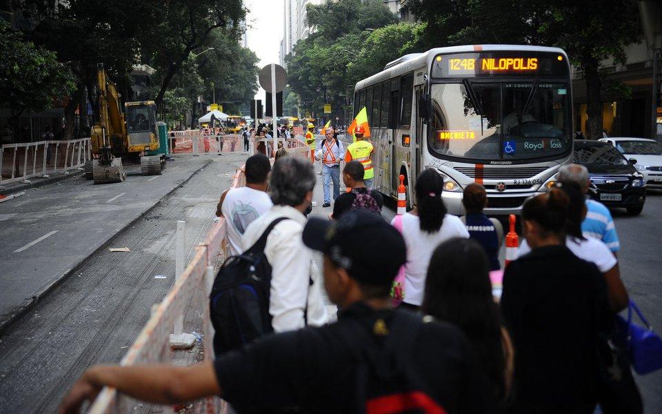 Pontos de ônibus operam no meio da pista no primeiro dia útil da interdição que fechará por um ano três pistas da Avenida Rio Branco para implantação do veículo leve sobre trilhos (VLT) (Fernando Frazão/Agência Brasil)