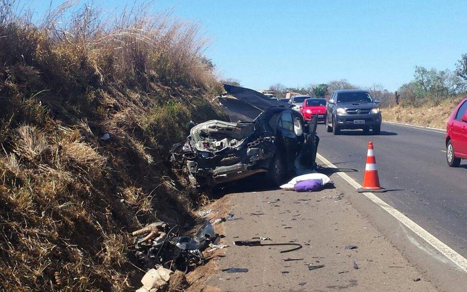 Grave acidente na BR-364, no último sábado, deixou mortos um idoso de 73 anos e a neta dele, de dez (Foto: PRF)