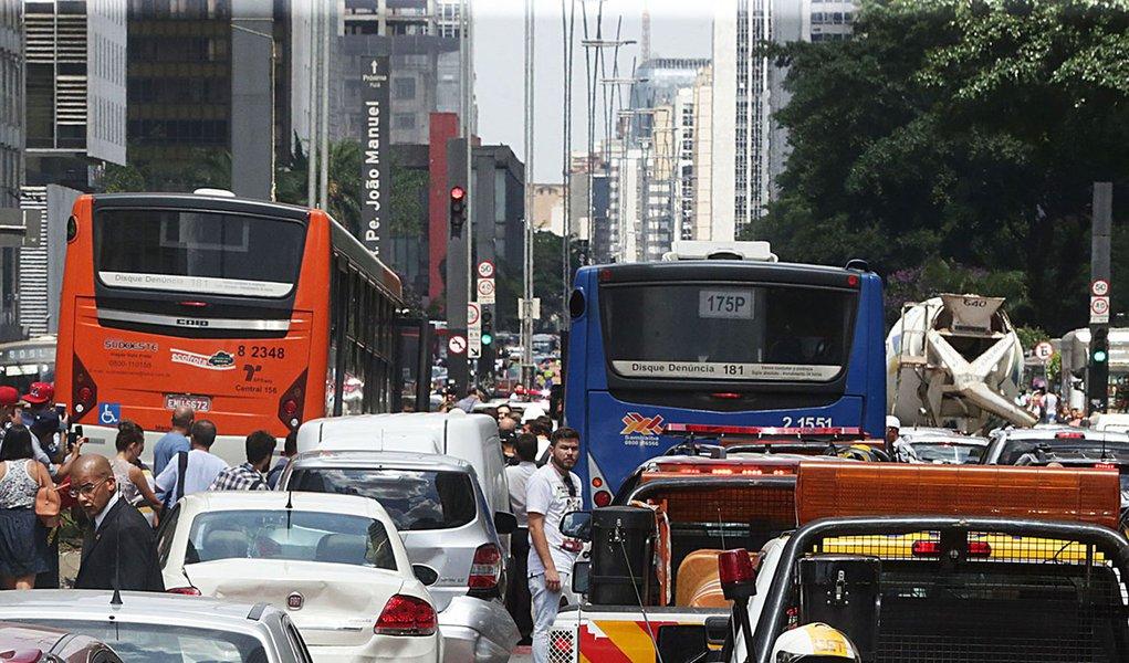 São Paulo- SP- Brasil- Um acidente envolvendo 13 veículos, interditou a avenida Paulista no início da tarde desta terça-feira (24/02). Foto: Paulo Pinto/ Fotos Públicas
