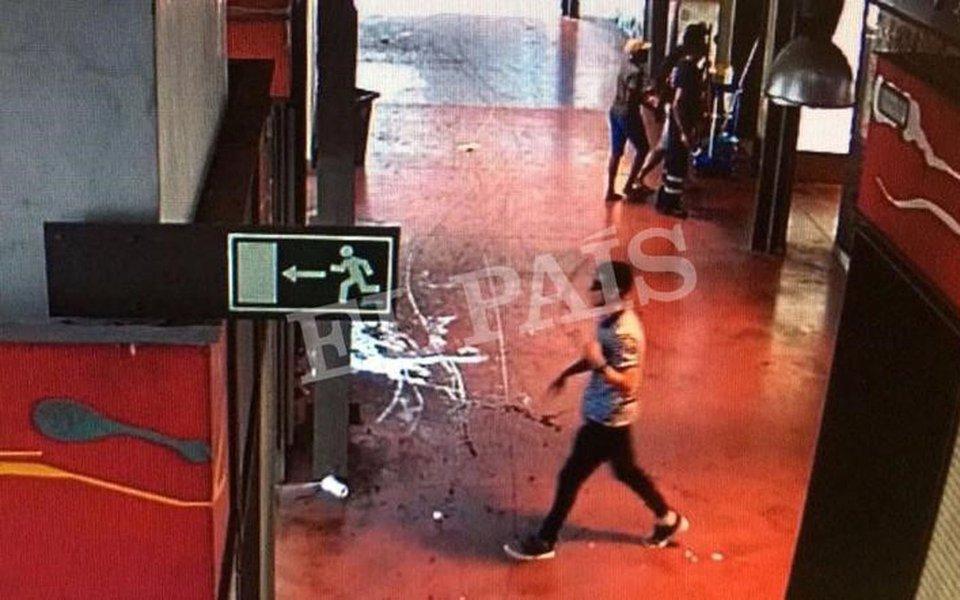 Imagem do suspeito de atropelar pedestres com uma van andando no mercado La Boqueria, em Barcelona 17/08/2017 Cortesia do jornal El País via REUTERS