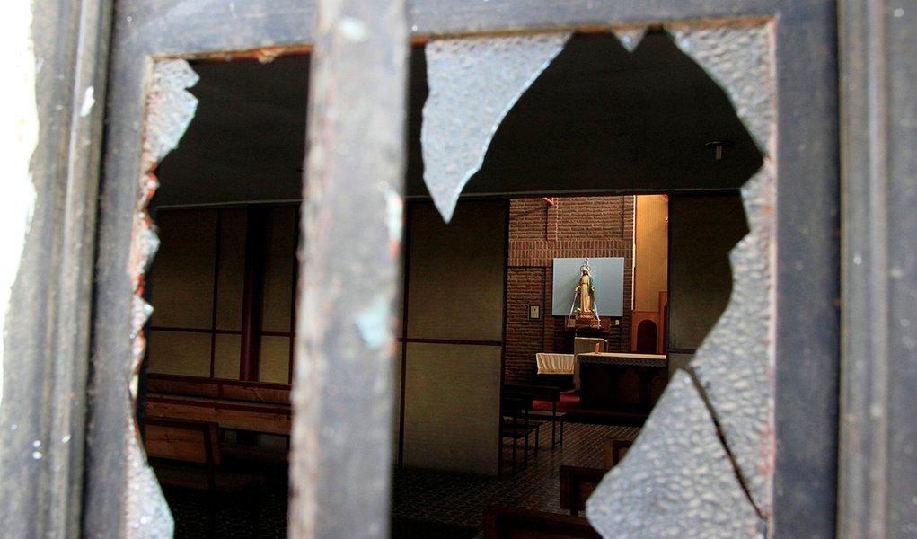Janela quebrada é vista em igreja atacada antes de visita do papa Francisco em Santiago, no Chile 12/01/2018. REUTERS/Christian Iglesias