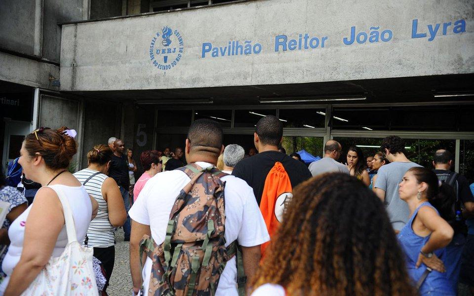 Rio de Janeiro- RJ- Brasil- Estudantes chegam à UERJ para realização do primeiro dia de provas do Enem 2014 (Tomaz Silva/Agência Brasil)