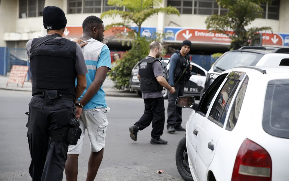 Rio de Janeiro - As Forças Armadas e policiais civis e militares fazem desde a madrugada de hoje (16) uma operação em comunidades de Niterói, na região metropolitana do Rio de Janeiro. (Foto: Tânia Rêgo/Agência Brasil)