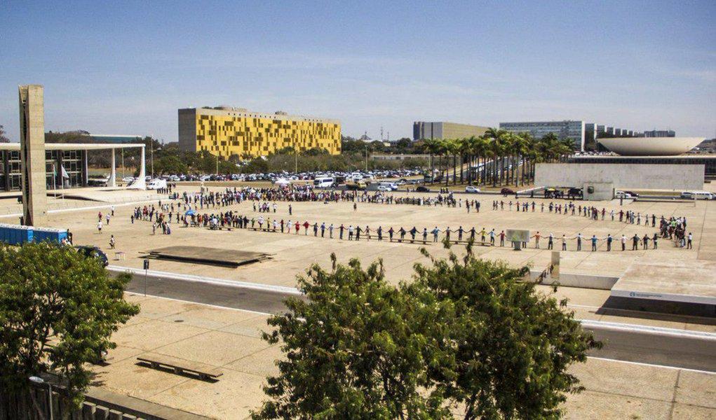 Indígenas em roda na Praça dos 3 Poderes em Brasília após a decisão do STF.