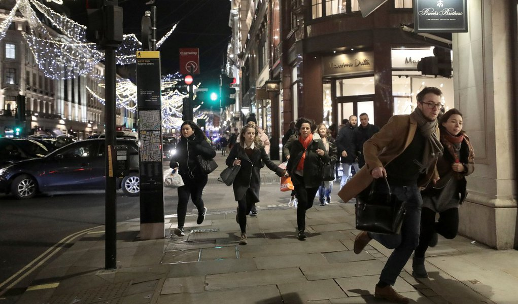 Pessoas correm na Oxford Street em Londres 24/11/2017 REUTERS/Simon Dawson