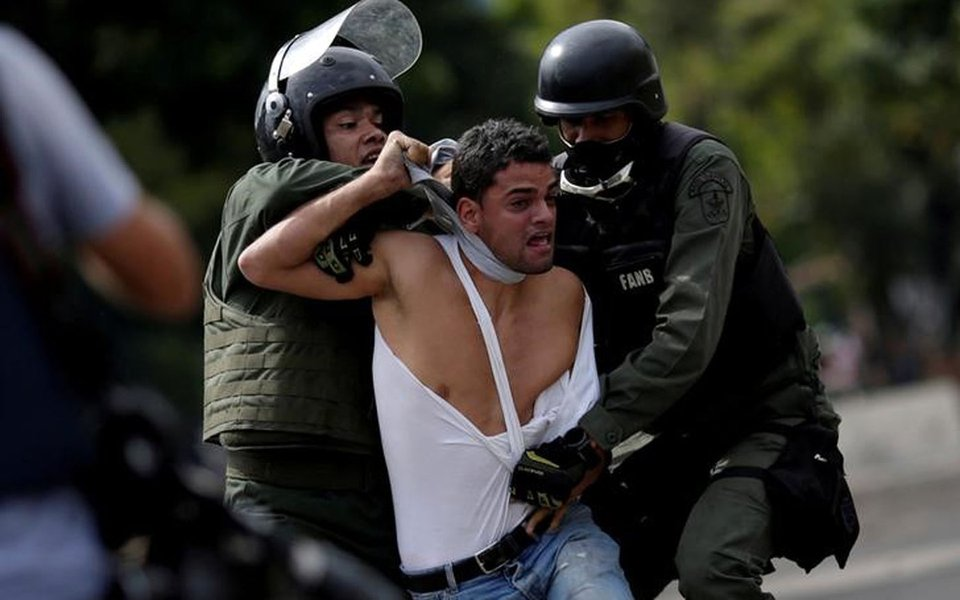 Manifestante é detido durante protesto contra o presidente da Venezuela, Nicolás Maduro, em Caracas 27/07/2017 REUTERS/Ueslei Marcelino