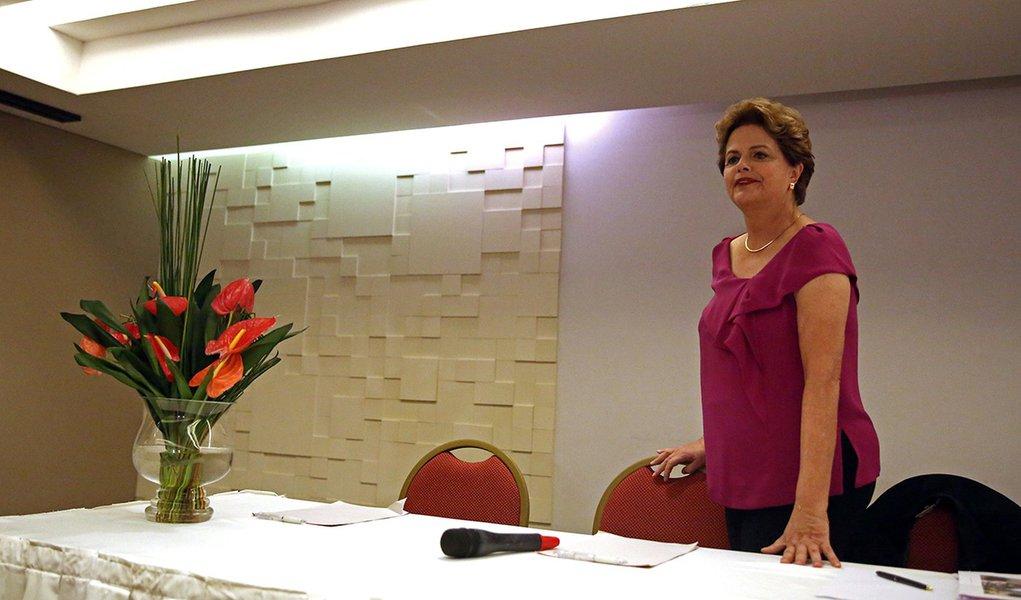 Ex-presidente Dilma Rousseff chega para entrevista coletiva no Rio de Janeiro 26/03/2018 REUTERS/Pilar Olivares