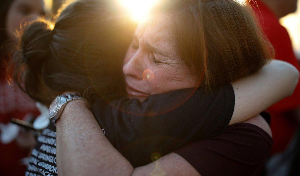 Mulheres reagem durante vigília para vítimas de incidente com tiros em escola na Flórida, Estados Unidos 15/02/2018 REUTERS/Carlos Garcia Rawlins