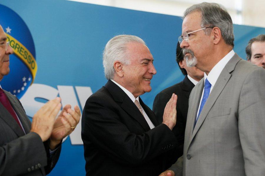 Presidente da República, Michel Temer cumprimenta o Ministro de Estado Extraordinário da Segurança Pública, Raul Jungmann. Foto: Beto Barata/PR