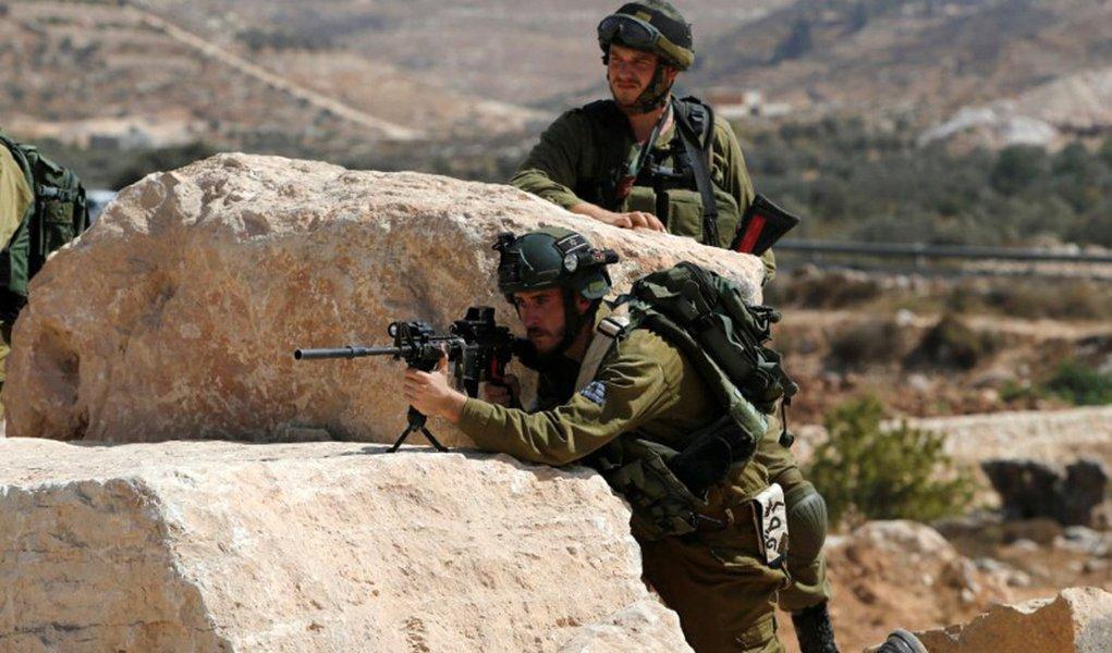 Soldado israelense aponta arma na cidade de Hebrom, na Cisjordânia 22/09/2017 REUTERS/Mussa Qawasma