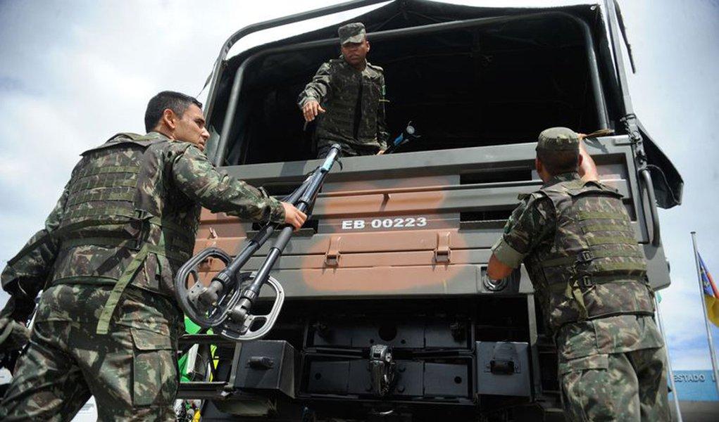 Rio de Janeiro - Militares do 1� Batalh�o de Engenharia de Combate-Escola do Ex�rcito aguardam para entrar no Complexo de Favelas da Mar�, em uma opera��o de buscas a armamentos enterrados por traficantes que agem na comunidade(Tania Rego/Ag�ncia Brasil)