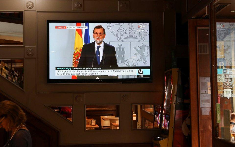 Primeiro-ministro da Espanha, Mariano Rajoy, durante pronunciamento televisionado em bar, em Barcelona 11/10/2017 REUTERS/Susana Vera
