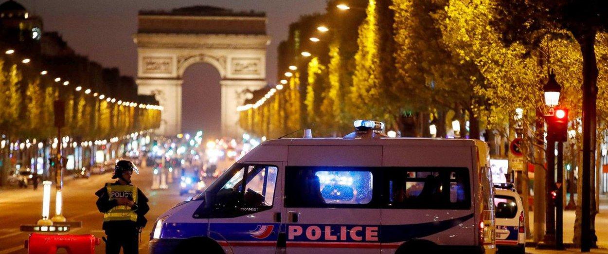 Policiais na Champs Elysées, Paris