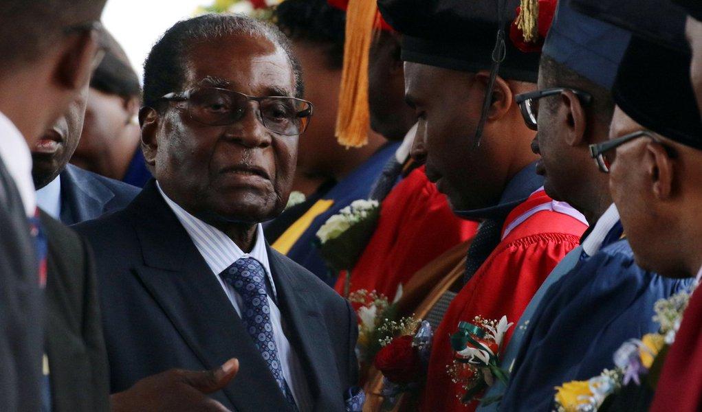Robert Mugabe durante cerimônia de graduação de universidade em Harare 17/11/2017 REUTERS/Philimon Bulawayo