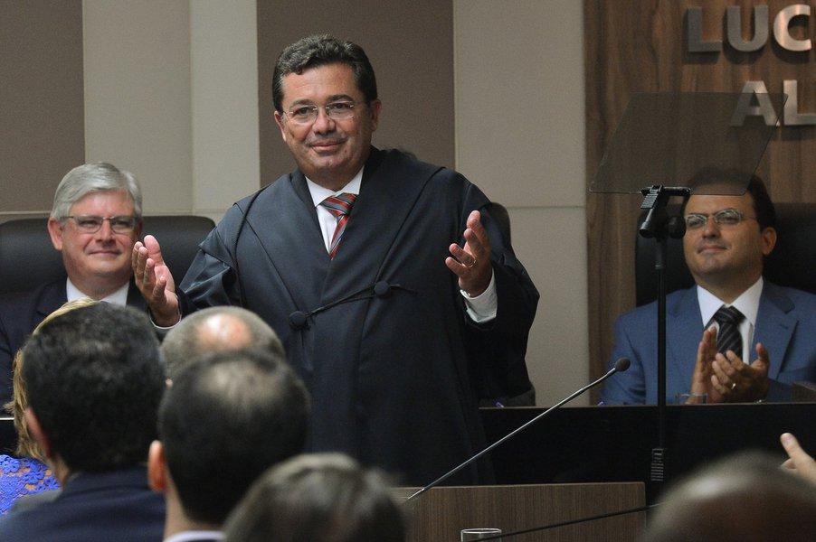 O novo ministro do Tribunal de Contas da União (TCU), Vital do Rêgo Filho, toma posse na sede do TCU em Brasília (Antonio Cruz/Agência Brasil)