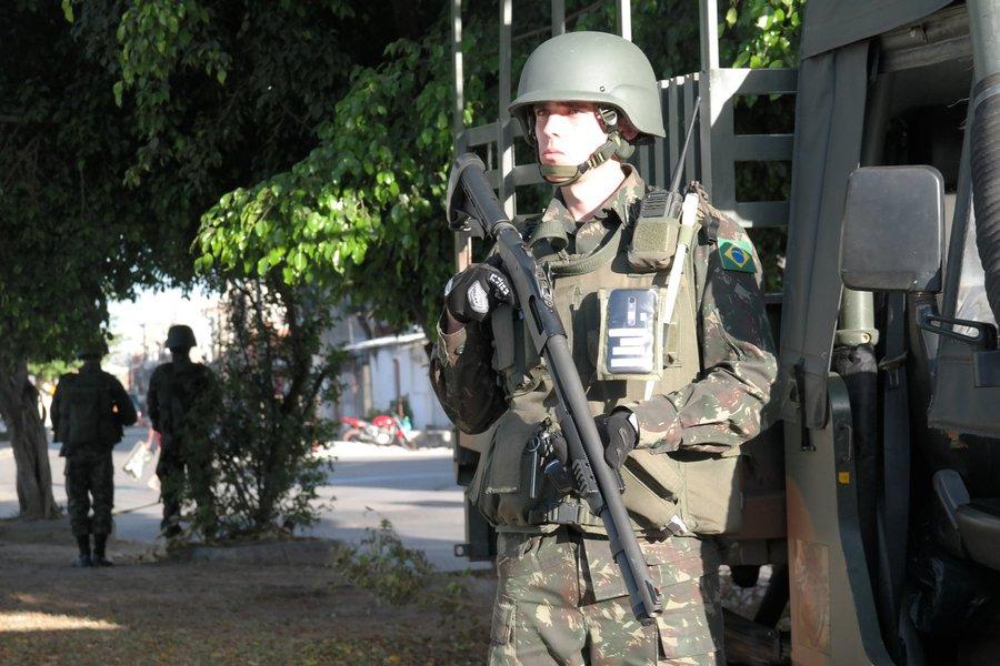 Rio de Janeiro - Soldados do Exército mantêm o controle do acesso à comunidade Vila do João, onde três militares da Força Nacional foram feridos (Vladimir Platonow/Agência Brasil)