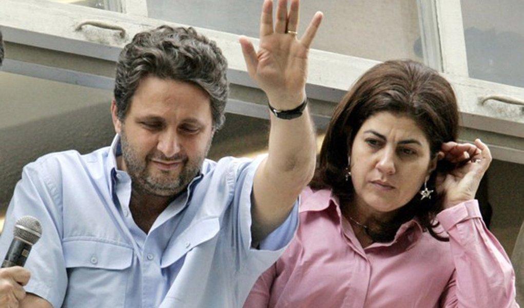 Ex-governador do Rio de Janeiro Anthony Garotinho ao lado de sua mulher, Rosinha Garotinho, no Rio de Janeiro 10/05/2006 REUTERS/Sergio Moraes