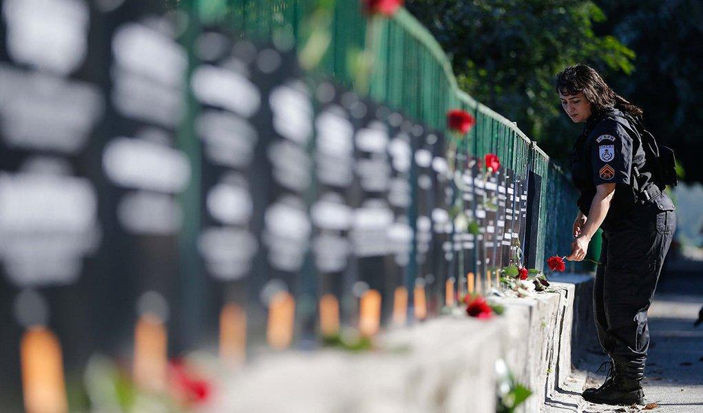 Rio de Janeiro - A ONG Rio de Paz realiza um ato público, na orla da Lagoa Rodrigo de Freitas, em memória dos policiais militares assassinados este ano no Estado do Rio de Janeiro. Foram fixadas no local placas com os nomes dos 91 PMs mortos até agora