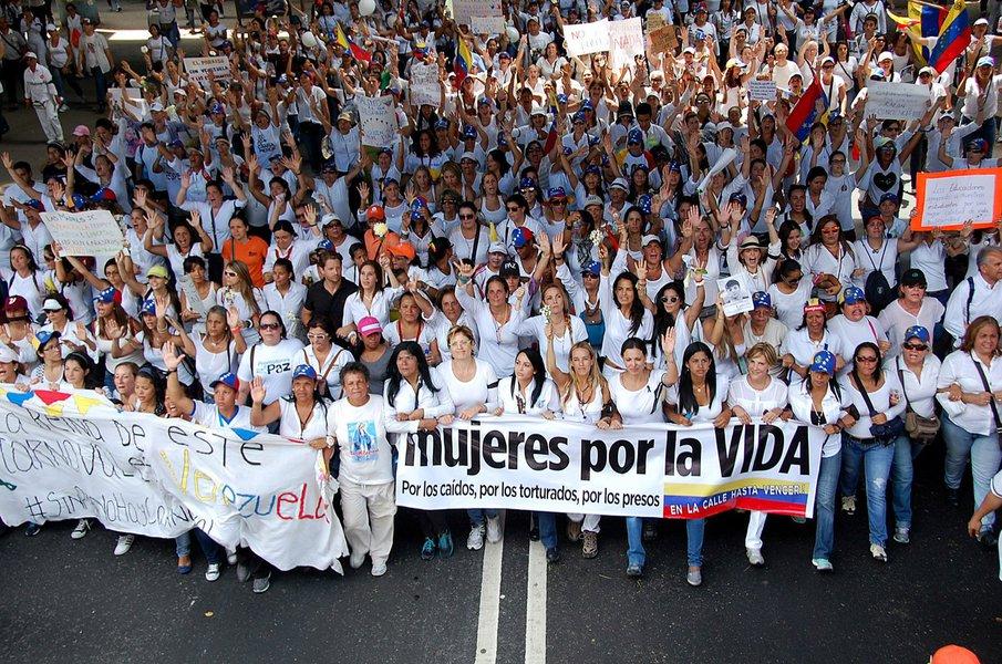 Marcha de mulheres em protesto contra o governo de Nicolás Maduro, na Venezuela