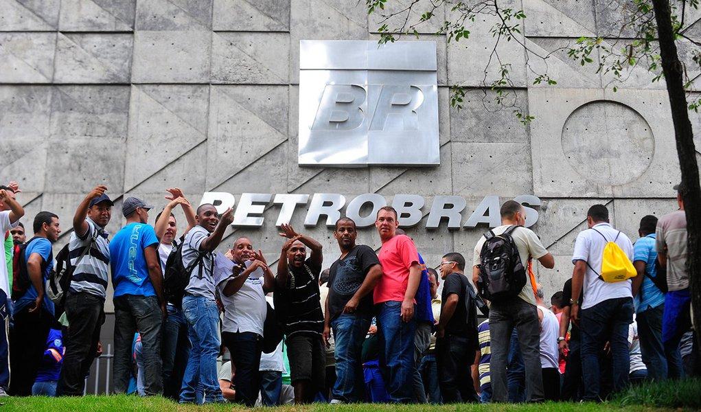 Trabalhadores da Comperj em implantação no município de Itaboraí, na região metropolitana do Rio, fazem manifestação em frente ao edifício-sede da Petrobras no centro do Rio.( Tânia Rego/Agência Brasil)