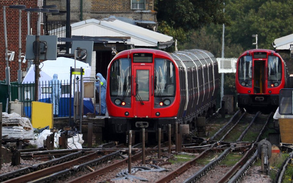 Investigadores trabalhan na estação de metrô Parsons Green, após explosão, em Londres 15/09/2017 REUTERS/Hannah McKay
