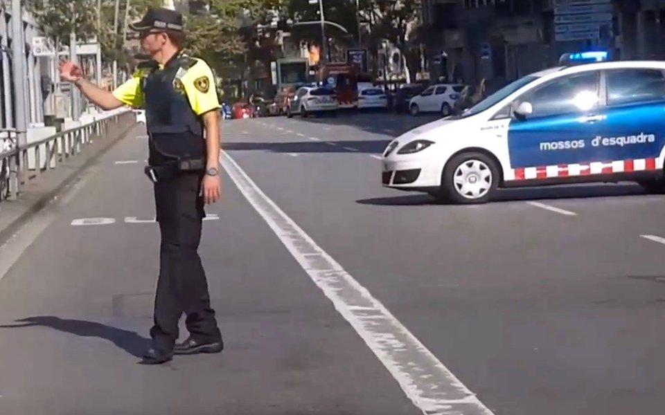 Policial em avenida de Barcelona, na Espanha