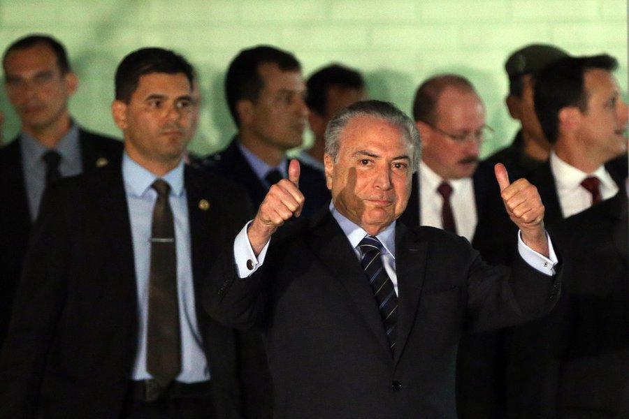 Brasiia DF 25 10 2017 - O presidente Michel Temer acenou para jornalistas e fez sinal de positivo ao deixar hospital, (Antonio Cruz/agencia Brasil