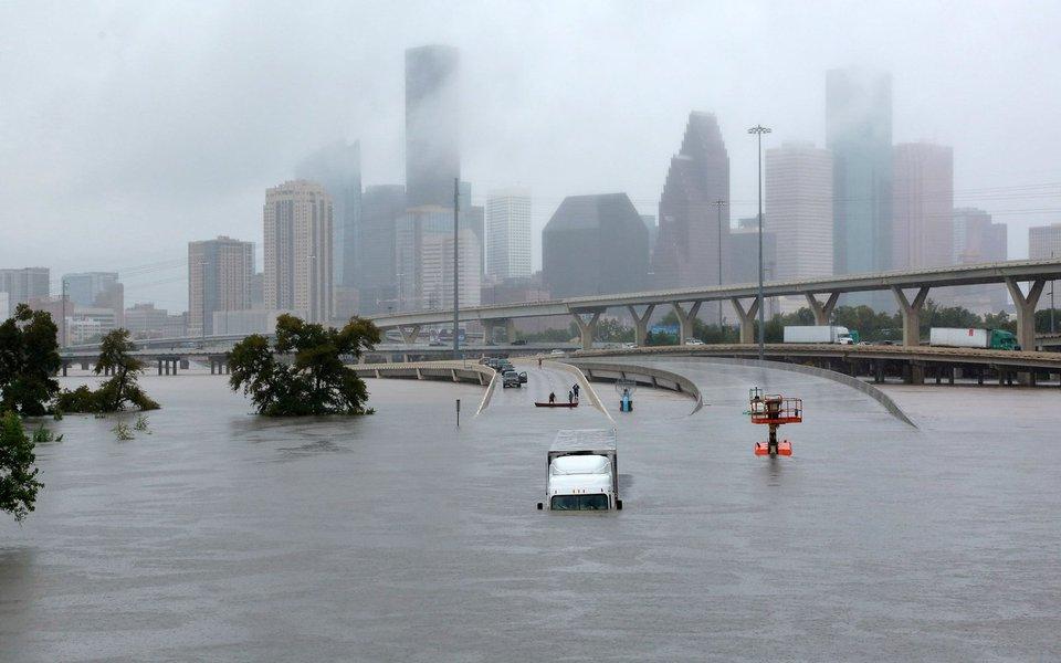 Vias expressas de Houston submersas devido à tempestade Harvey 27/08/2017 REUTERS/Richard Carson
