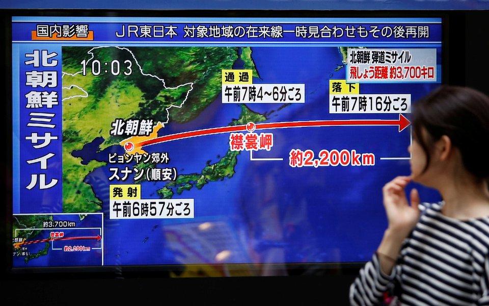 Mulher observa reportagem sobre lançamento de míssil da Coreia do Norte em Tóquio, no Japão REUTERS/Issei Kato