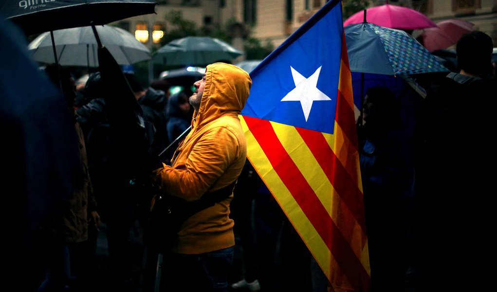 Manifestante segura bandeira separatista da Catalunha durante protesto em Barcelona, Espanha 19/10/2017 REUTERS/Ivan Alvarado