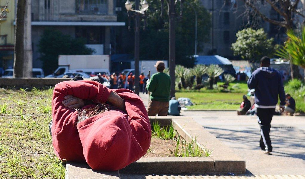 São Paulo - Pessoas em situação de rua na Praça da Sé, região central.(Rovena Rosa/Agência Brasil)